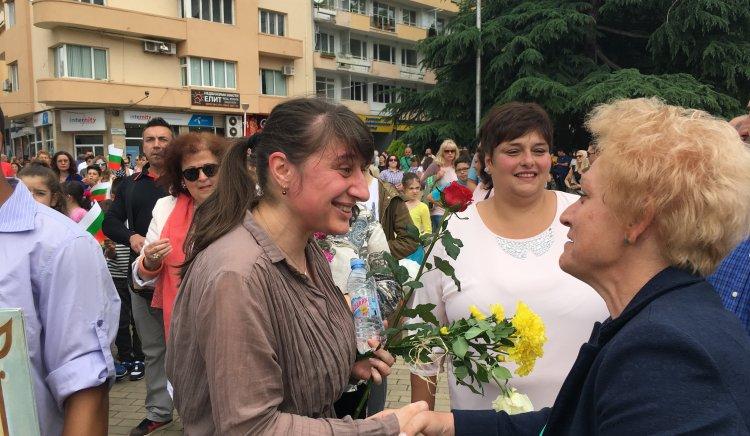 Румяна Друмева с рози за благодарност на 24 май